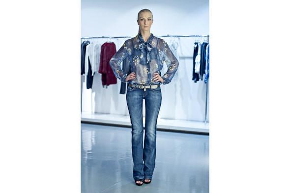 Джинсы 10 750р, ремень 9 950р, блуза 14 900р. Изображение № 18.