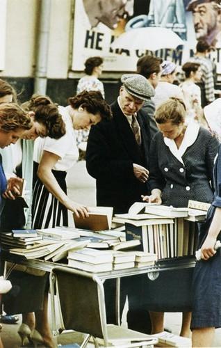 У книжного развала. Москва, 1960 г.. Изображение № 235.