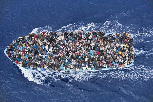 Корабль ВМС Италии спасает пассажиров затонувшего в 32 км к северу от Ливии / Автор: Massimo Sestini. Изображение № 14.