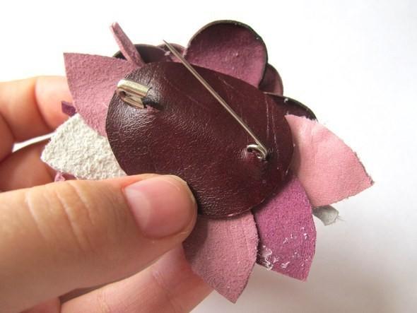 Изображение 7. Брошь-цветок из натуральной кожи.. Изображение № 6.