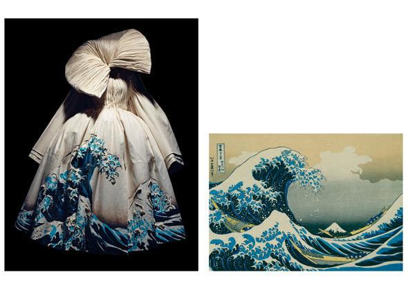Пальто из коллекции haute couture SS 2007 / Кацусика Хокусай (1760–1849), «Большая волна у берегов Канагава». Япония, перепечатка 1948 года. Цветная ксилография. Изображение № 4.