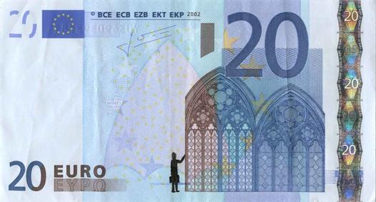 Художник в знак протеста изрисовал банкноты на 3555 евро. Изображение № 8.