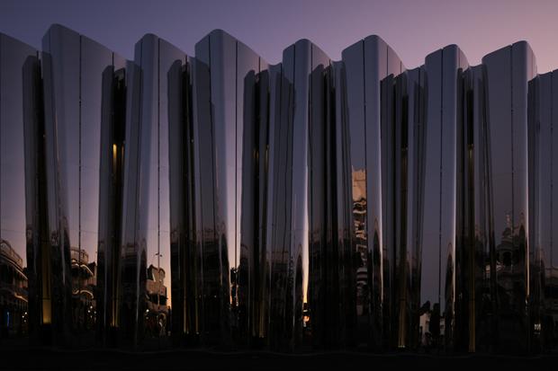 Архитектура дня: музей сволнистым фасадом изнержавеющей стали. Изображение № 7.