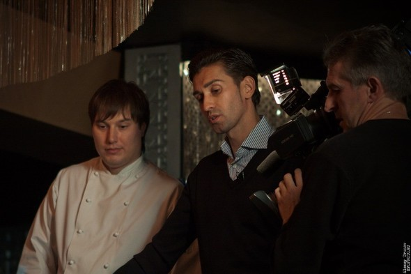 Руслан Нигматуллин и Байгали Серкебаев готовят риззото (фоторепортаж). Изображение № 1.