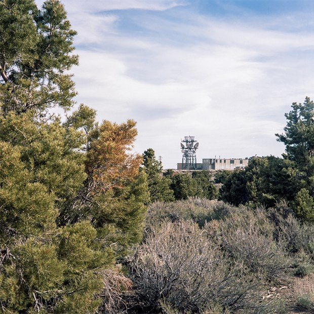 Заброшенные телефонные башни вгорах ипустынях . Изображение № 26.