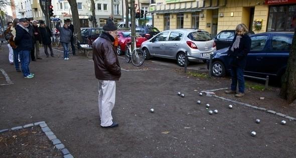 Пенсионеры играют в петанг. Изображение № 24.