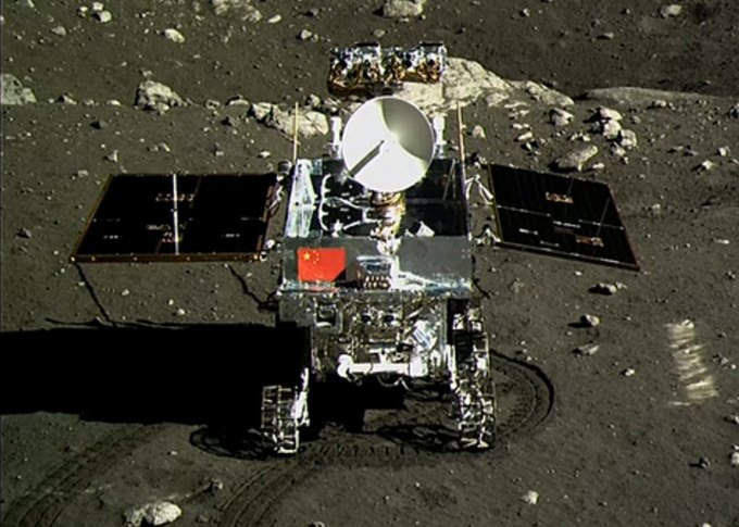 Yutu на лунной поверхности. Фотография из лунного модуля Chang'e 3. Изображение № 1.