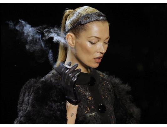 Кейт Мосс закрывает показ Louis Vuitton. Фотографии: Getty/AP/Louis Vuitton. Изображение № 7.