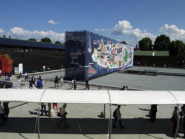 На центральной площади выставки — инсталляция Magical Pitti Tour работы французского дуэта Antoine+Manuel. Изображение № 9.
