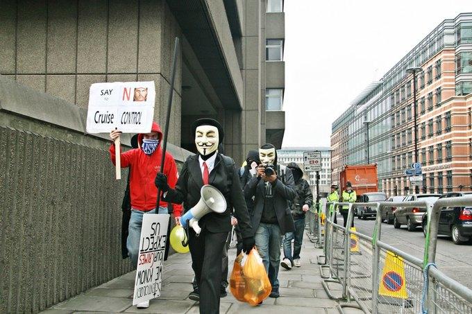 Акция протеста членов Anonymous в Лондоне в 2008 году. Изображение № 1.