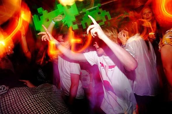 Baile funk - развязный и злой фанк, под который трясут попами в бедных бразильских фавелах. Изображение № 11.