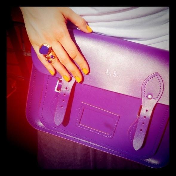 Моя подруга Алена носит английский сатчел фиолетового цвета с ярким кольцом YSL и лаком желтого оттенка. Изображение № 19.