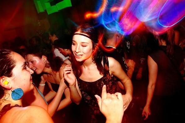 Baile funk - развязный и злой фанк, под который трясут попами в бедных бразильских фавелах. Изображение № 15.
