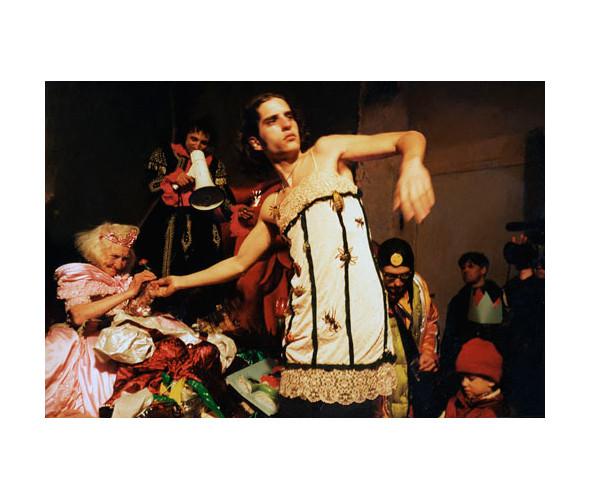 Костюмированный спектакль «Снегурочки неумирают» наПетровском бульваре. 1992.  Фото: Юрий Козырев. Изображение № 13.