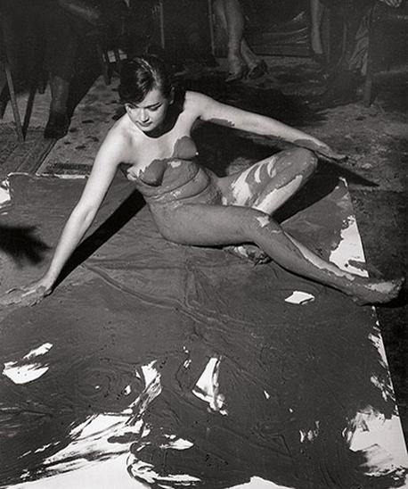 Ив Кляйн за созданием «Антропометрий» (1960). Изображение № 6.