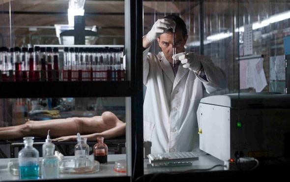 «Кожа, в которой я живу». Поехавший рассудком пластический хирург разработал экспериментальную кожу для трансплантации (которую не берет огонь — это важно) и втайне перешил себе из прогрессивного материала несгораемую девушку.. Изображение № 18.