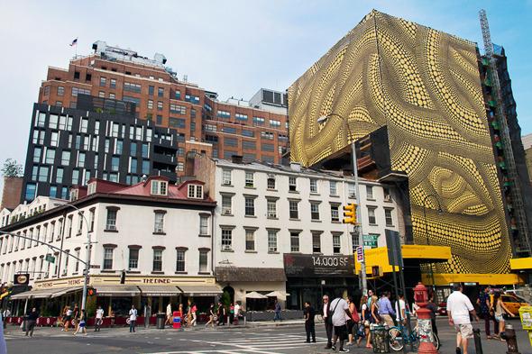 Яёй Кусама превратила здание в произведение искусства. Изображение № 1.