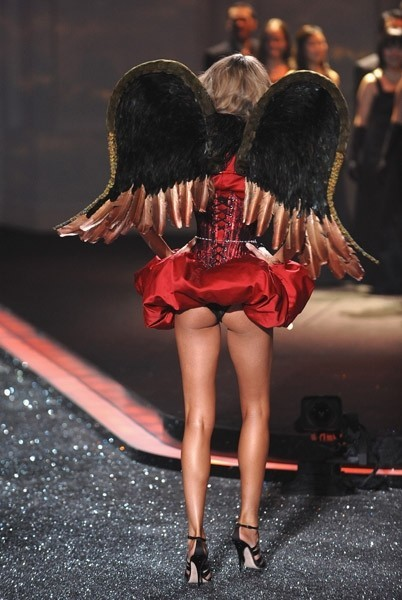 Victoria's Secret Fashion Show 2009–2010. Изображение № 14.
