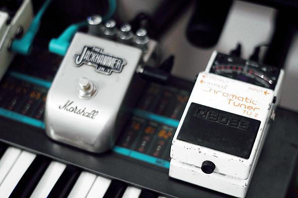 Синтезатор Korg Poly 800 и гитарные эффекты Boss TU-2 и Marshall Jackhammer. Изображение № 47.