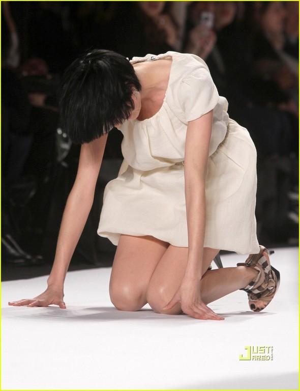Агнесс Дэйн рухнула на подиуме. Дважды!. Изображение № 3.