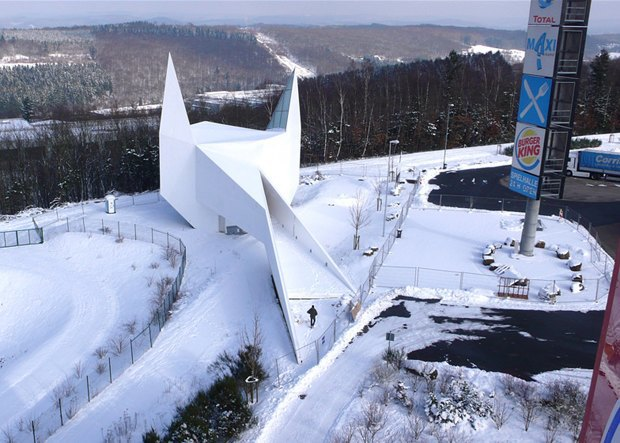В Германии построили похожую на Бэтмена церковь. Изображение № 3.