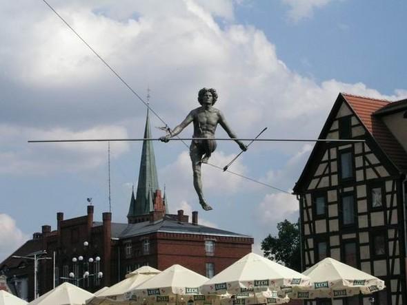 Скульптуры Джерзи Кедзиоры, парящие в воздухе. Изображение № 6.