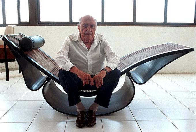 Оскар Нимейер в своей студии в Копакабане. Рио-де-Жанейро, 2002 год.. Изображение № 1.