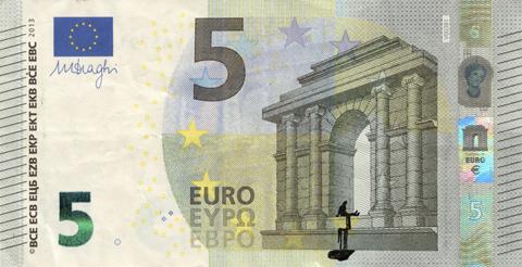 Художник в знак протеста изрисовал банкноты на 3555 евро. Изображение № 42.