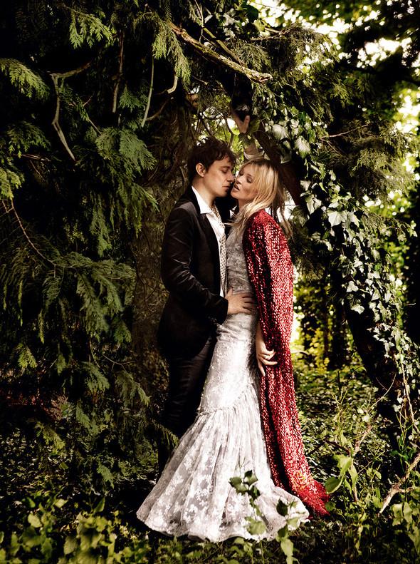 Для сентябрьской обложки американского Vogue снялась Кейт Мосс. Изображение № 2.
