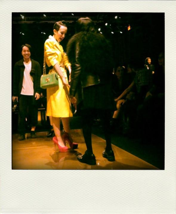Эта девушка в желтом потом снимет пальто и останется в черном белье и поясе Versace. Изображение № 8.