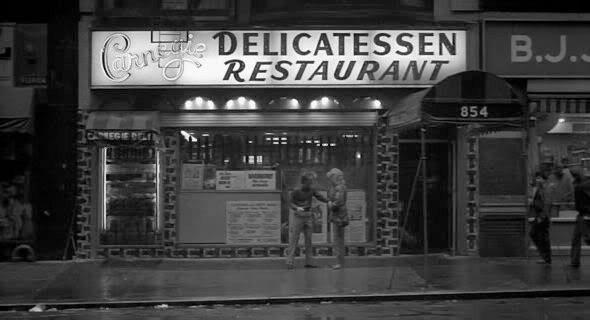 3. Carnegie Deli Еще одно любимое заведение Аллена неподалеку от Карнеги-Холла, где даже подают сэндвич его имени с «Lotsa corned beef plus lotsa pastrami», засветилось в «Бродвей Дэнни Роуз». . Изображение №16.