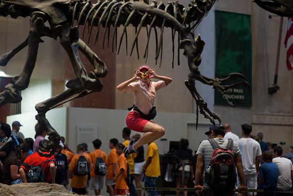 Фотографируя танцоров в обычных ситуациях, команда Джордана наткнулась на некоторые проблемы «В музее естествознания охранник попросил нас прекратить». На фото: Элис Дрю в Музее естественной истории. (JORDAN MATTER PHOTOGRAPHY / BARCROFT USA). Изображение № 4.