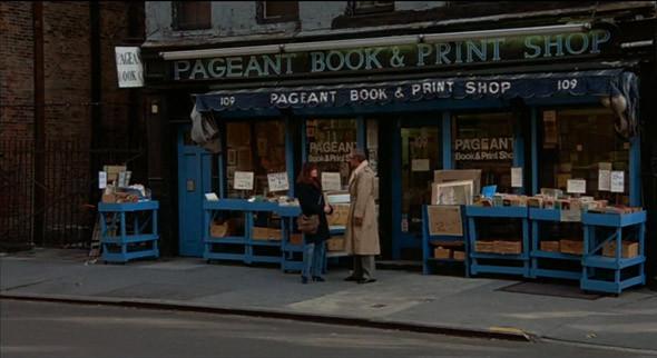 9. Pageant Book and Print Shop Букинистический магазин с подержанными и редкими изданиями работал на Четвертой авеню до 1990-х, а потом из-за джентрификации района переехал и вскоре ушел в интернет — на его месте теперь бар и ресторан. В «Ханне и ее сестрах» Эллиот (Майкл Кейн) случайно встречает сестру своей жены Ли (Барбара Херши) в Ист-Виллидже, и они идут сюда искать томик стихов Э. Э. Каммингса.. Изображение №11.