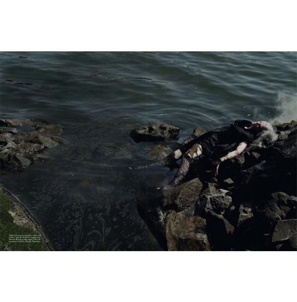 Съемка «Water & Oil» в итальянском Vogue. Изображение № 12.