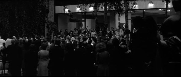 3. Guggenheim Museum Одно из лучших собраний современного искусства в мире разместилось в здании, спроектированном великим американским архитектором Фрэнком Ллойдом Райтом в 1943 году; увы, ни создатель музея Соломон Гуггенхайм, ни архитектор не дожили до момента его открытия. В «Манхэттене» герой Аллена наталкивается здесь на любовницу друга (Дайан Китон) на благотворительном вечере и решает за ней приударить.. Изображение №5.