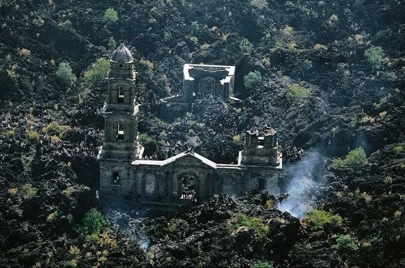 Разрушенная вулканом Paricutin церковь San Juan Parangaricutiro, у подножия этого самого вулкана. Мексика. Изображение № 7.
