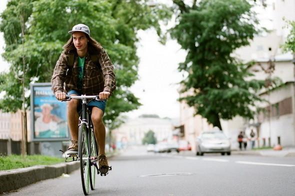 На Саше: кепка, шорты и сникеры Wesc, футболка и рубашка CTRL,  велосипед Create. Изображение № 20.