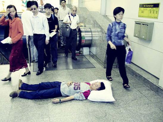 Пока ты спал:  Спящий приятель в публичных местах. Изображение № 8.