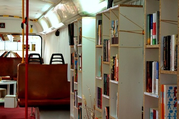 Старый троллейбус превратили в библиотеку. Изображение № 4.