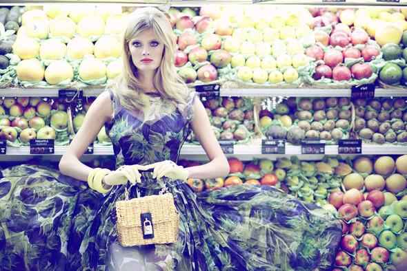 Модели ели: 22 гастрономических снимка из модных журналов. Изображение № 14.