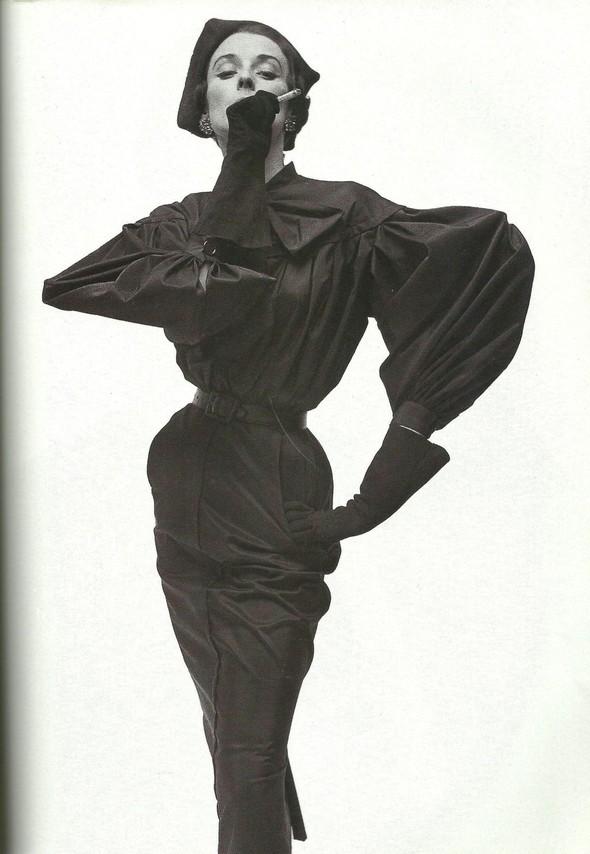 Архивная съёмка: Модели и дизайнеры в объективе Ирвинга Пенна для Vogue, 1995. Изображение № 8.