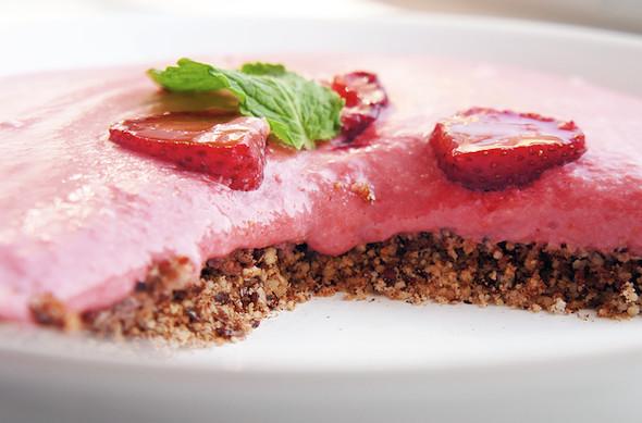 Клубничный десерт с лесными орехами. Изображение № 16.