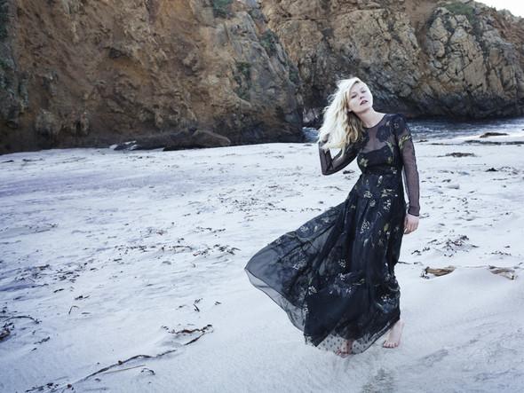 Съёмка: Кирстен Данст для итальянского Vogue. Изображение № 4.