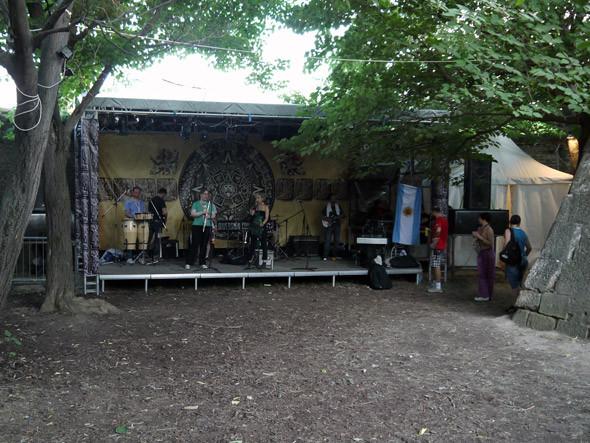 И последняя маленькая резервация — сцена с музыкой и танцами в стиле латино. Изображение № 9.