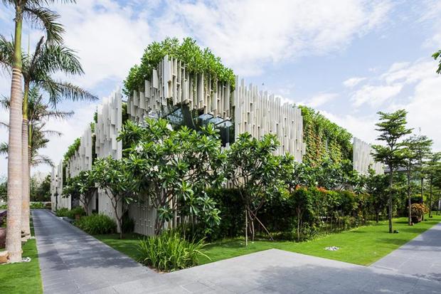 Архитектура дня: белый спа-центр во Вьетнаме с растениями на фасаде. Изображение № 1.