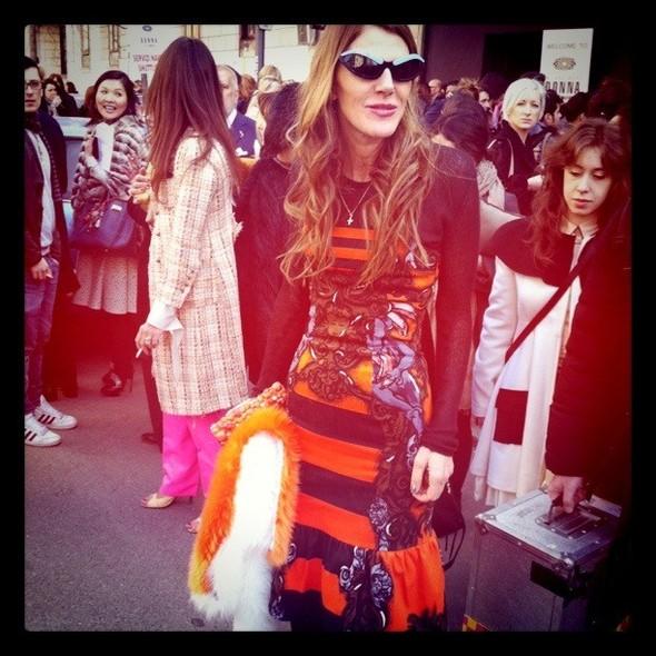 Очередной ключевой лук Анны: контрастная оранжево-черная полоска от Prada. Изображение № 5.