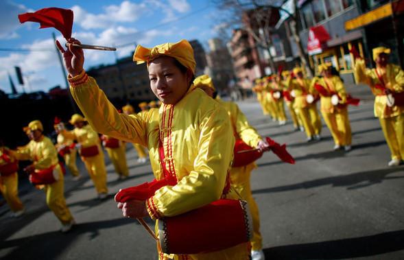 Танцующие геи-китайцы навоздушных шарах. Изображение № 2.