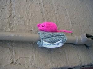 Бомбардировщики пряжей одевают улицы ввязаное граффити. Изображение № 13.
