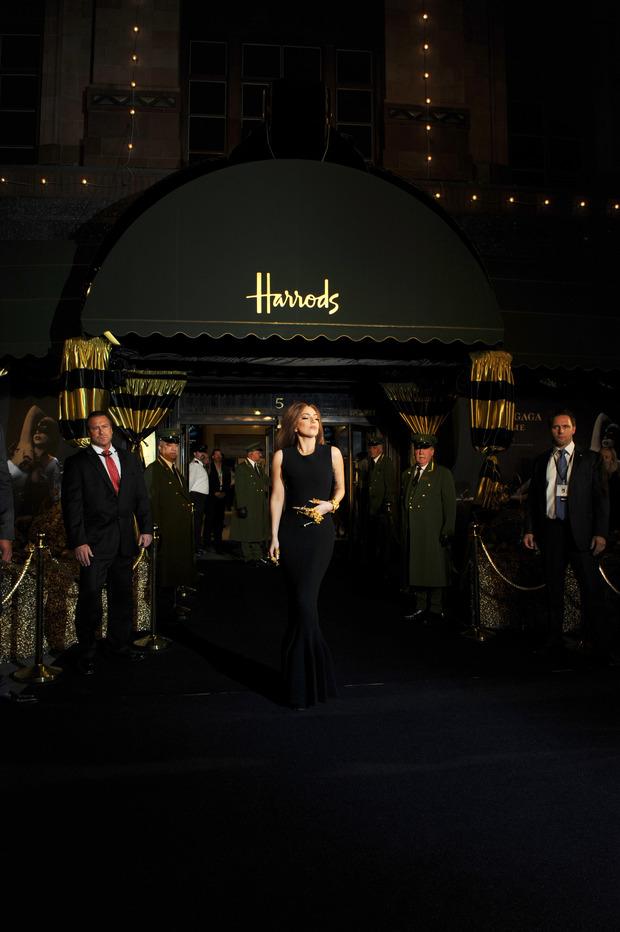 Леди Гага представила в Harrods духи FAME. Изображение № 17.