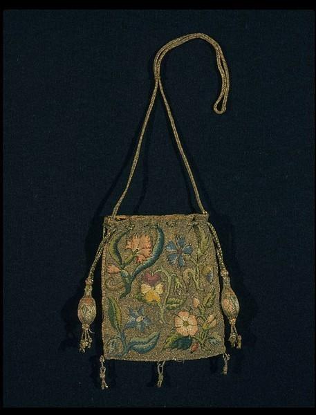 1600-1630 Лен, холст, расшитый серебряными золочеными нитями и шелком цветочным узором, василек, гвоздика, анютины глазки, характерная ранняя английская 17-го века вышивка.. Изображение № 11.